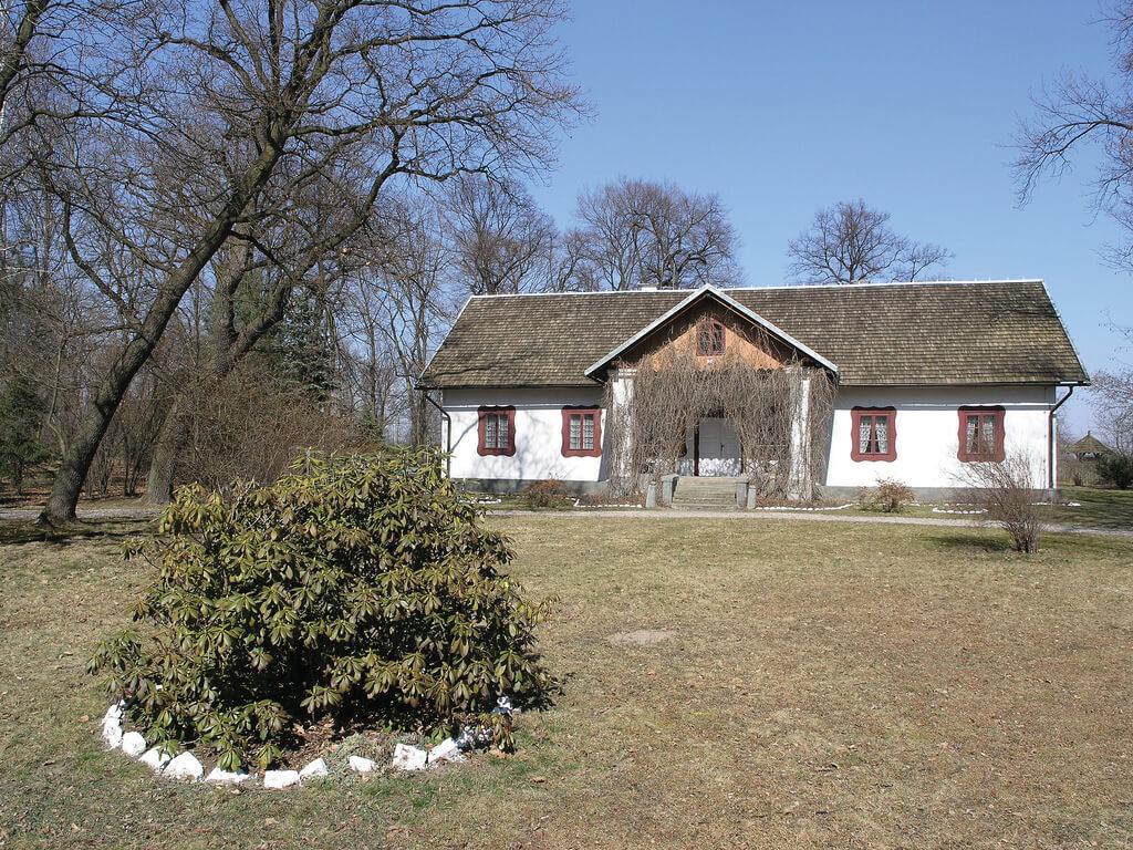 DWÓR W DOŁĘDZE, fot. M. Klag (MIK, 2005) CC BY SA 3.0